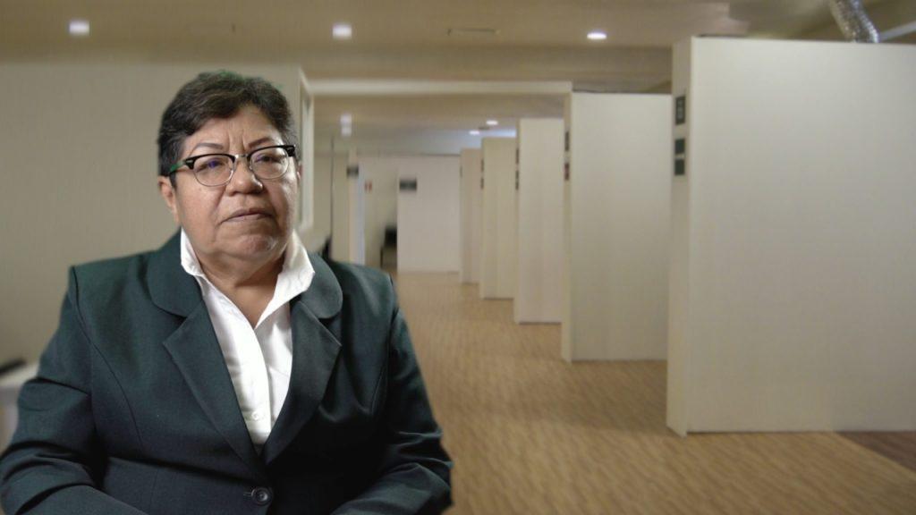 Mtra. María Isabel López López, Jefa de Área de Enfermería, comisionada como Jefa de Enfermeras en la Unidad Médica Temporal Autódromo en la Ciudad de México, informando beneficios de manejo de desechos humanos con dispositivos de un solo uso